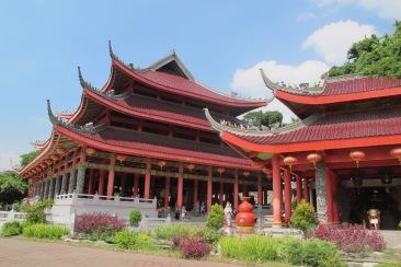Kuil utama (kiri)